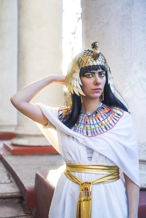 How to Make a Homemade Egyptian Costume  sc 1 st  Celebrations oneHOWTO & How to Make a Homemade Egyptian Costume - 8 steps